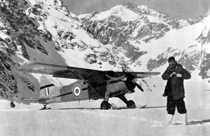 Upper Tasman Glacier 1959: The Beaver waiting for the next ski training flight.