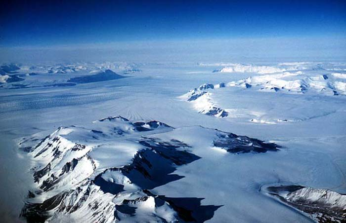 Flying north along the Beardmore Glacier. Sir Robert Falcon Scott's route to the Pole in 1912