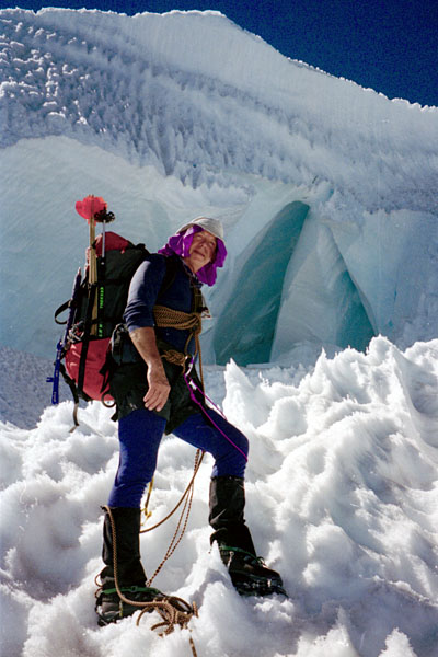 On a traverse on the icefall below the summit dome